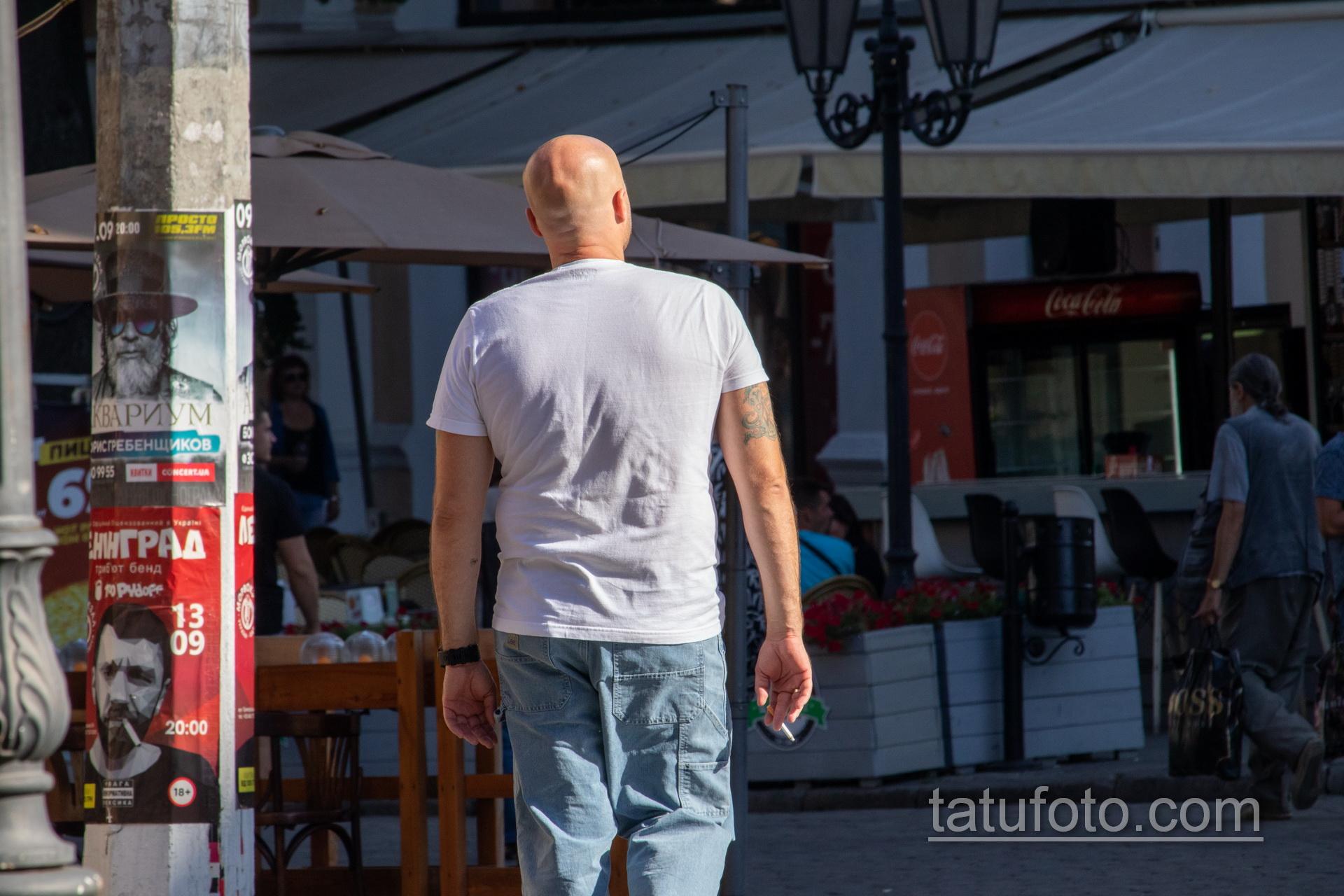 Тату череп и якорь на правом плече мужчины - Уличная татуировка 14.09.2020 – tatufoto.com 7