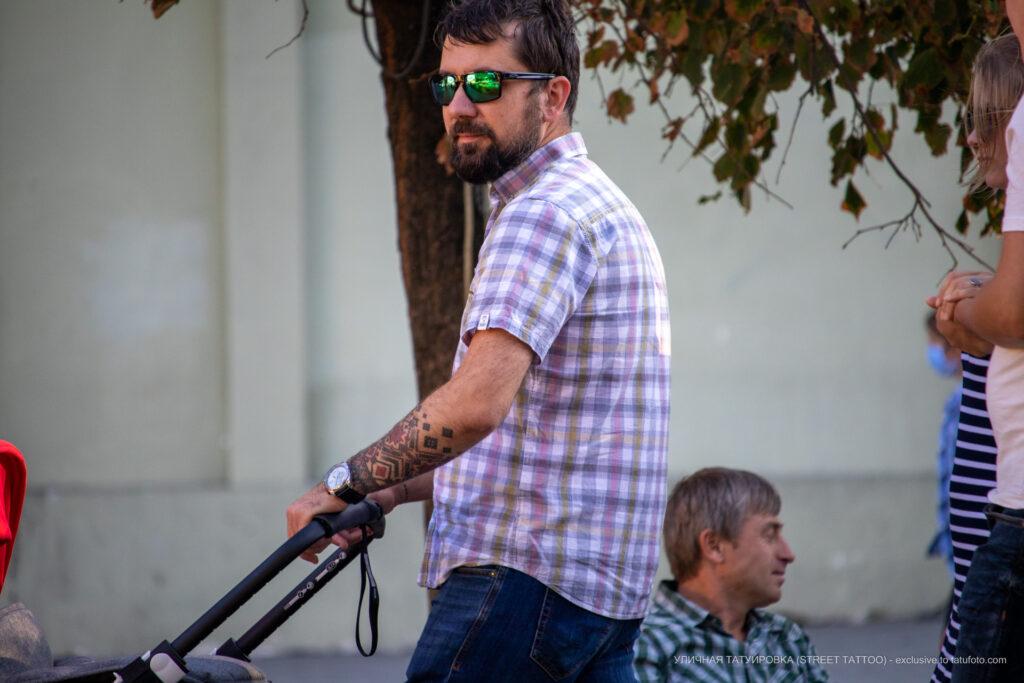 Тату черно красные славянские узоры на руке мужчины – Уличная татуировка (street tattoo)-29.09.2020-tatufoto.com 6