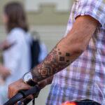 Тату черно красные славянские узоры на руке мужчины – Уличная татуировка (street tattoo)-29.09.2020-tatufoto.com 8