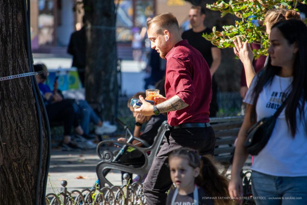Тату черный крест и узоры геометрией на левой руке парня – Уличная татуировка (street tattoo)-29.09.2020-tatufoto.com 2