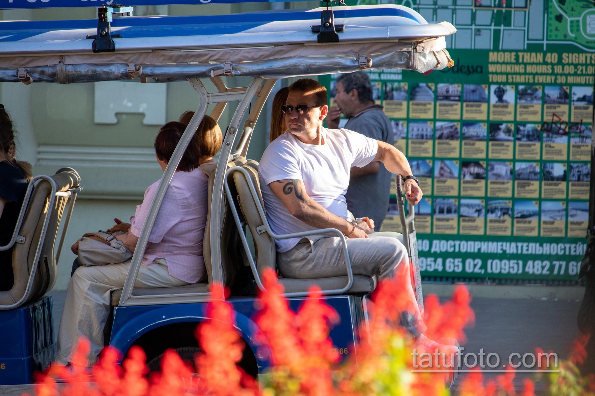 Трайбл узоры в тату на левой руке мужчины – Уличная татуировка 14.09.2020 – tatufoto.com 10