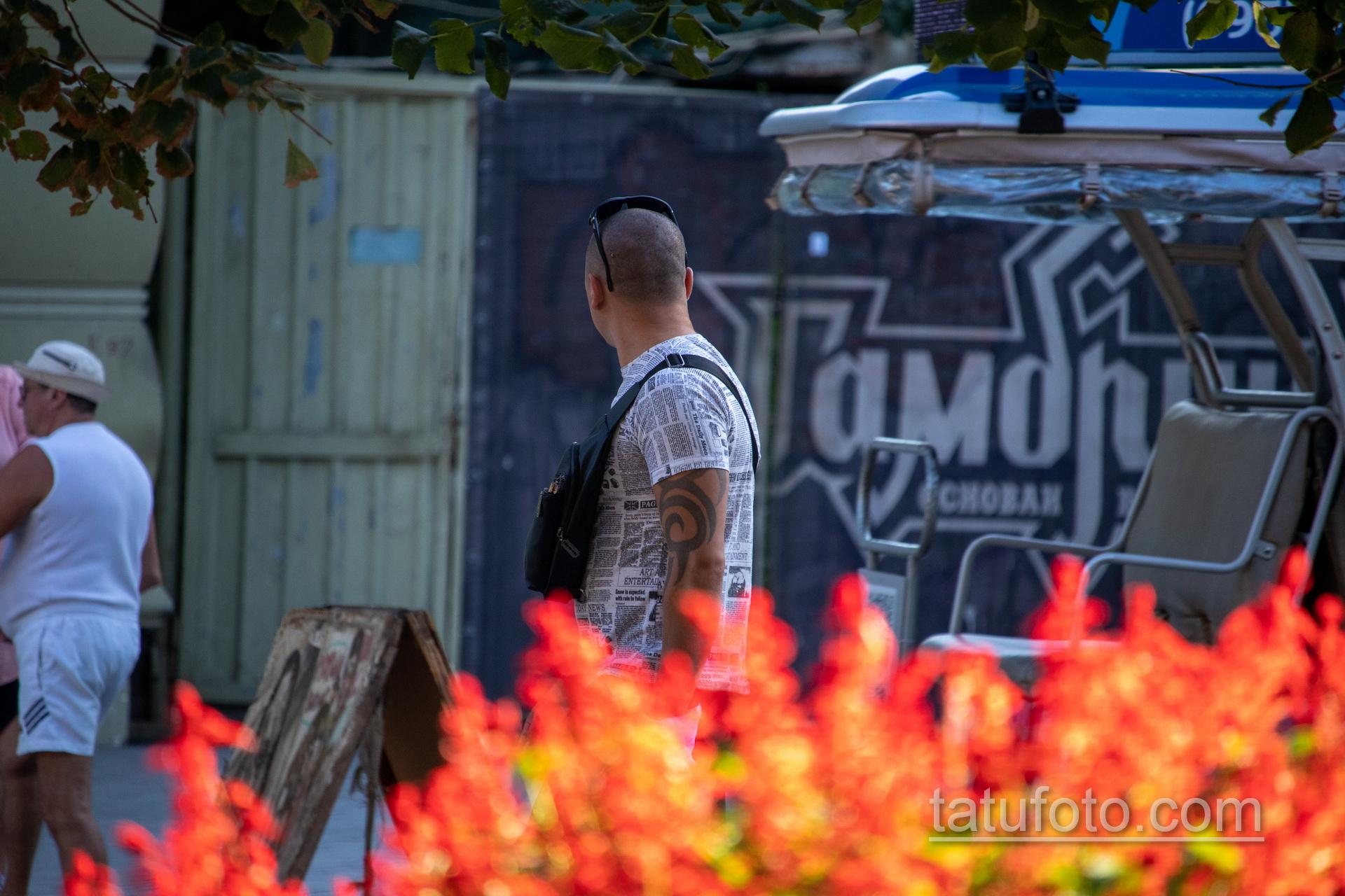 Трайбл узоры в тату на левой руке мужчины – Уличная татуировка 14.09.2020 – tatufoto.com 3