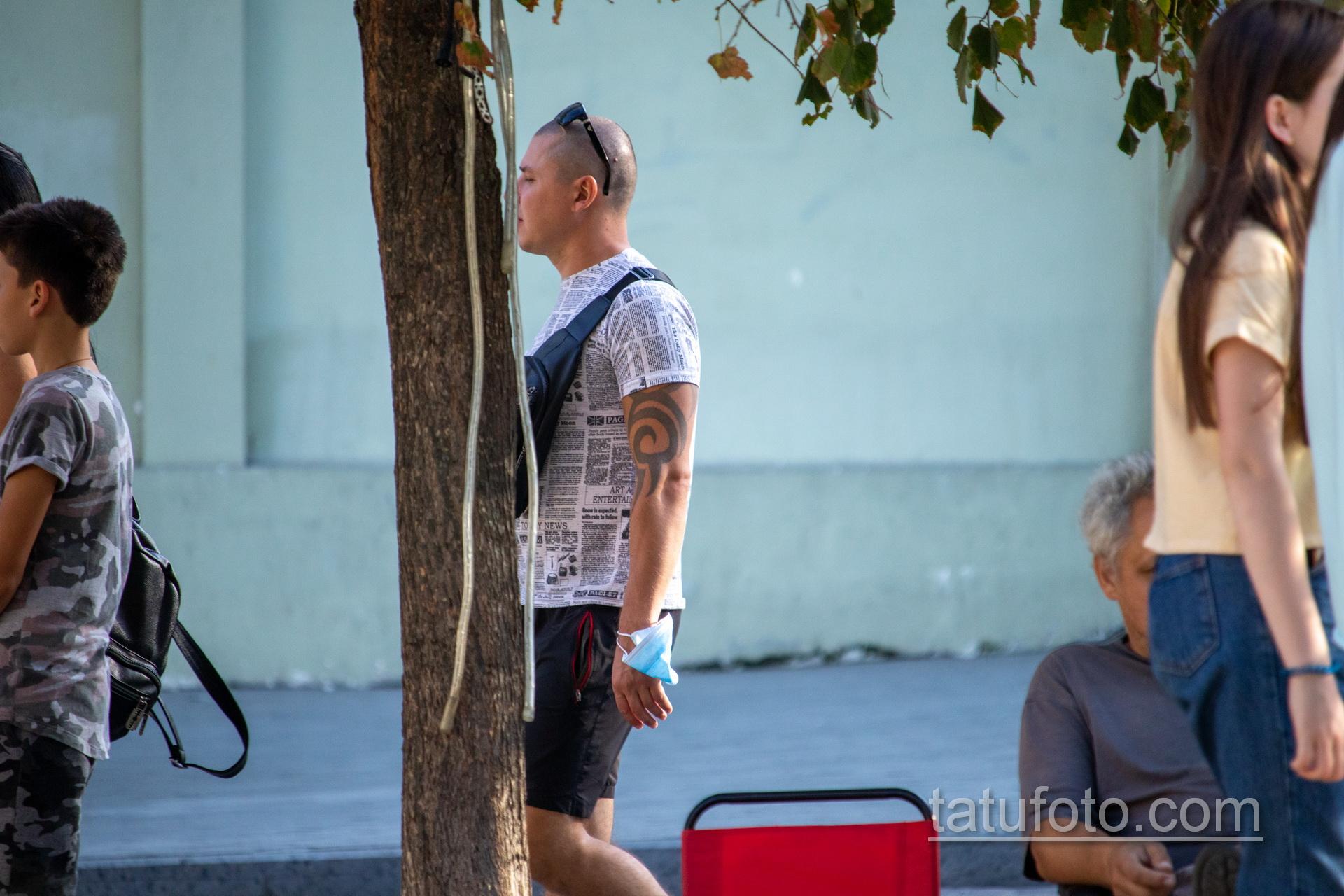 Трайбл узоры в тату на левой руке мужчины – Уличная татуировка 14.09.2020 – tatufoto.com 5