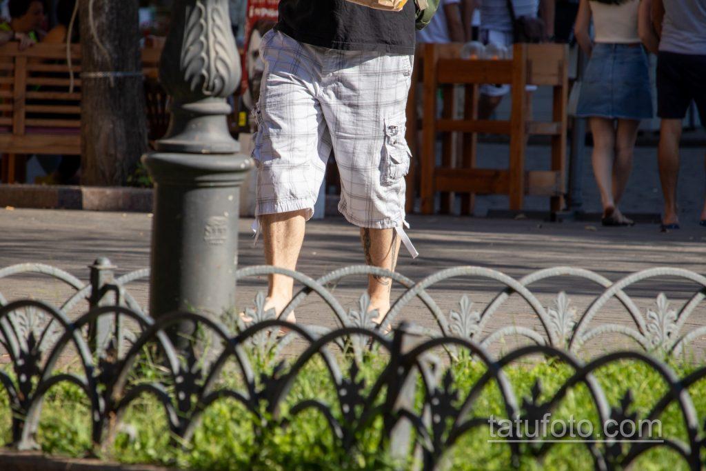 Тюремные тату на теле мужчины – кандалы и надписи - Уличная татуировка 14.09.2020 – tatufoto.com 1