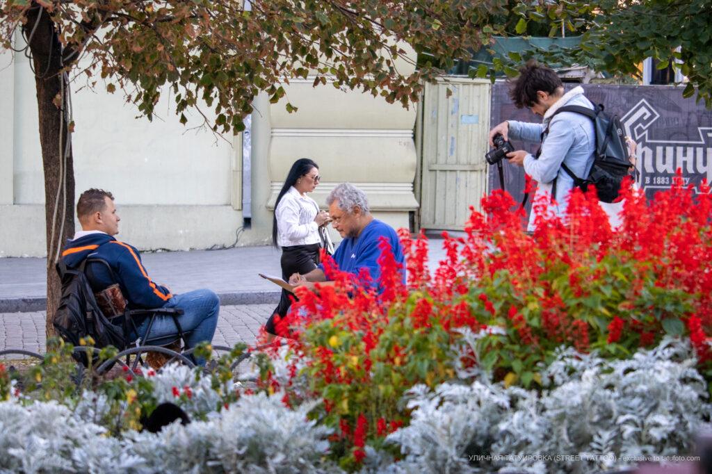 Уличный фотограф фотографирует уличного художника в процессе работы – Уличная татуировка (street tattoo)-29.09.2020-tatufoto.com 2