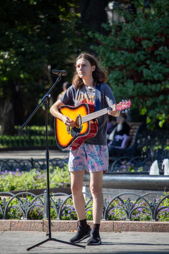 Фото девушки с гитарой – Уличная татуировка (street tattoo)-29.09.2020-tatufoto.com 1
