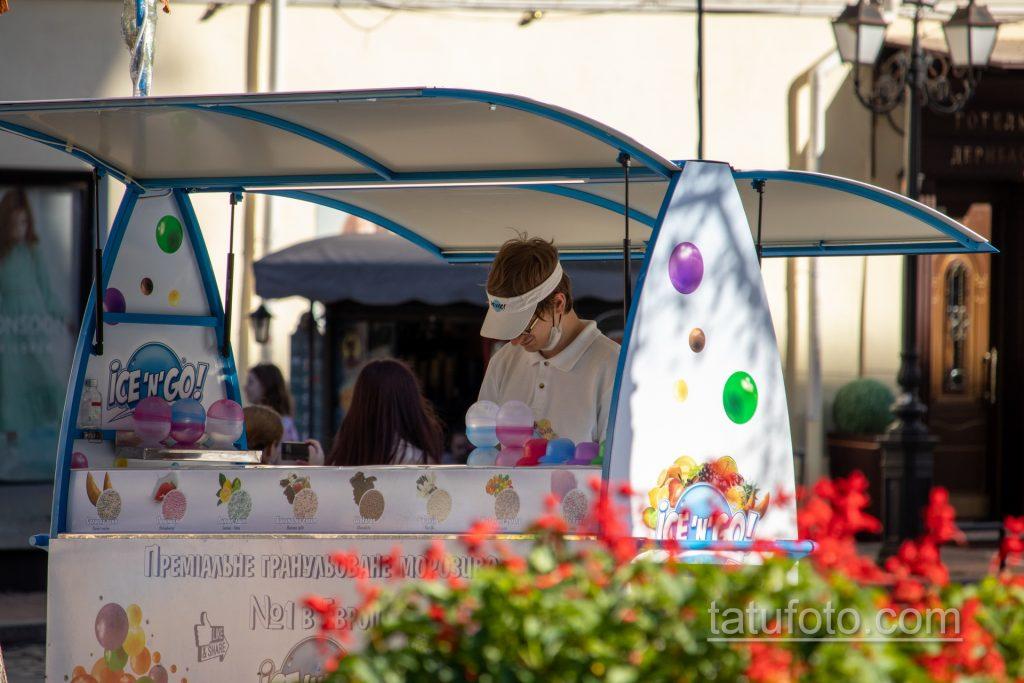 Фото мороженщика который продает мороженное на Дерибасовской - Уличная татуировка 14.09.2020 – tatufoto.com 1