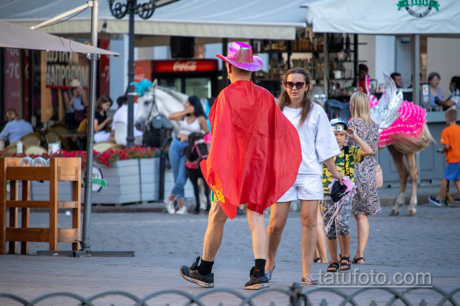 Фото мужчины в костюме героя с плащом и мечем – щитом с украинским гербом – Уличная татуировка 14.09.2020 – tatufoto.com 14