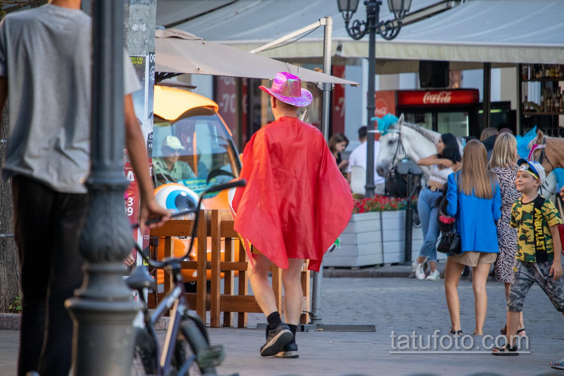 Фото мужчины в костюме героя с плащом и мечем – щитом с украинским гербом – Уличная татуировка 14.09.2020 – tatufoto.com 16