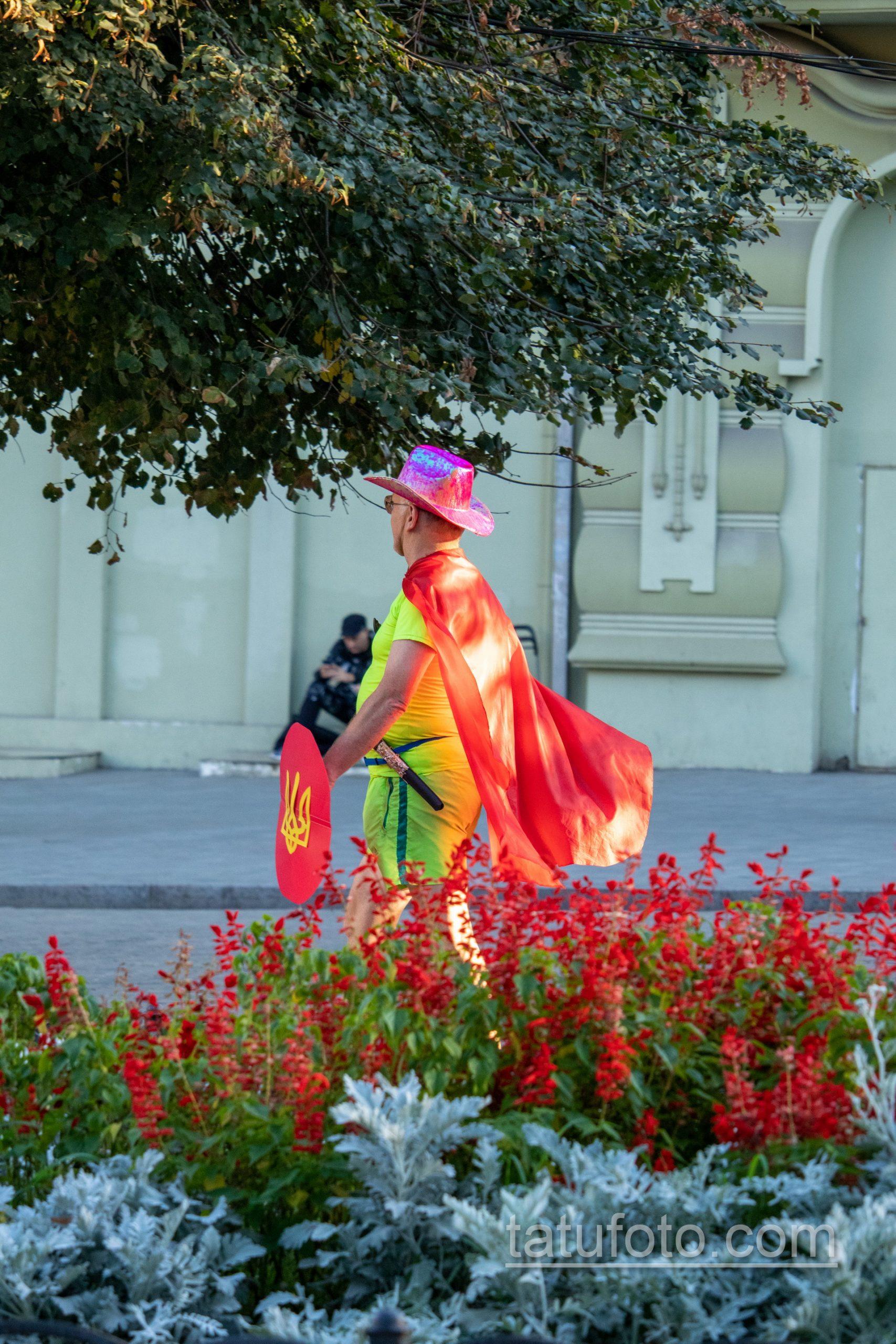 Фото мужчины в костюме героя с плащом и мечем – щитом с украинским гербом – Уличная татуировка 14.09.2020 – tatufoto.com 3