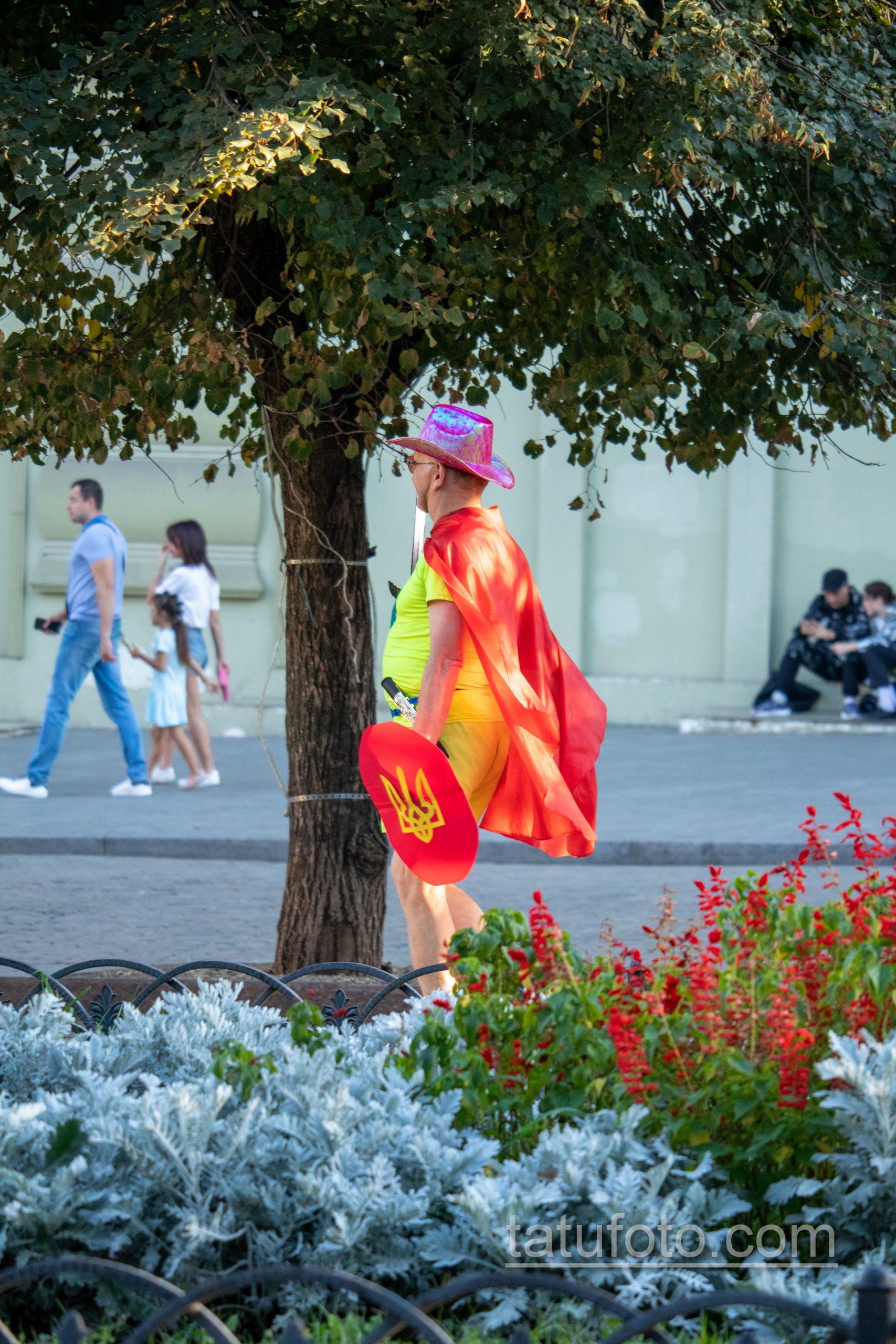 Фото мужчины в костюме героя с плащом и мечем – щитом с украинским гербом – Уличная татуировка 14.09.2020 – tatufoto.com 4