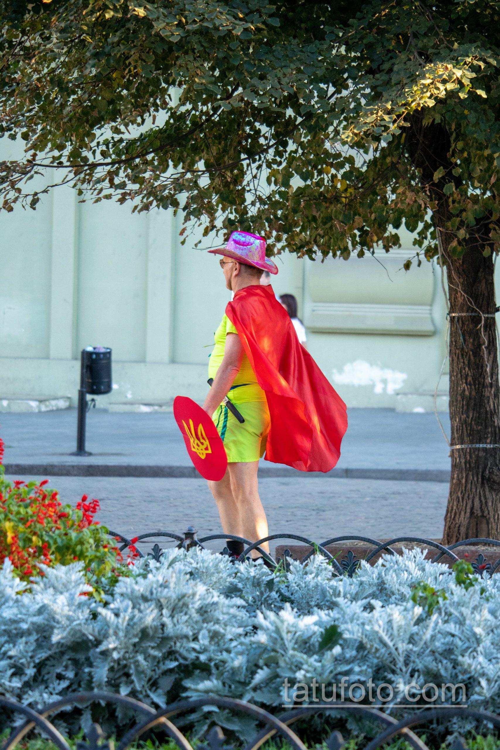 Фото мужчины в костюме героя с плащом и мечем – щитом с украинским гербом – Уличная татуировка 14.09.2020 – tatufoto.com 6