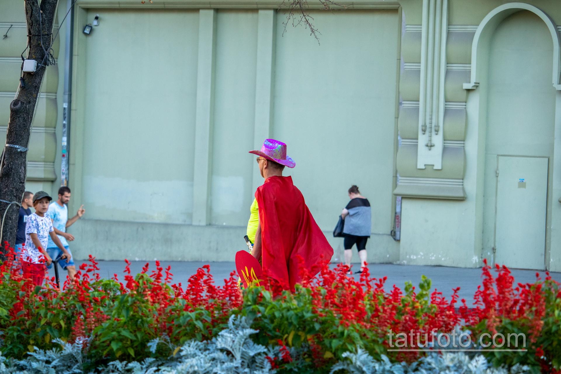 Фото мужчины в костюме героя с плащом и мечем – щитом с украинским гербом – Уличная татуировка 14.09.2020 – tatufoto.com 8