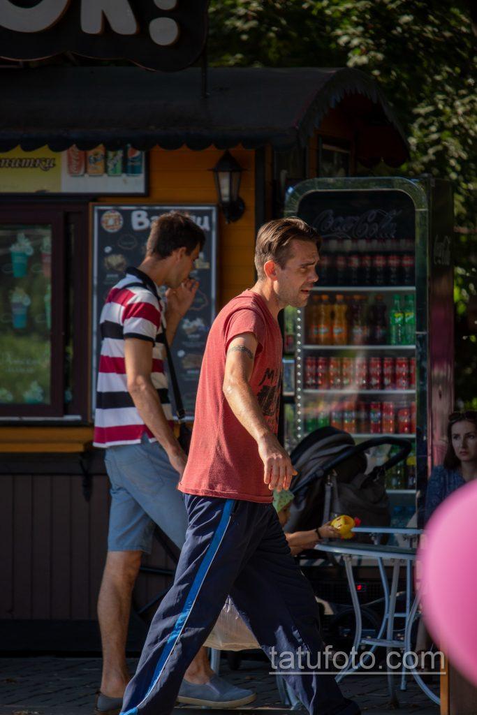 Фото неудачной трайбл тату браслетом терновника на руке мужчины – Уличная татуировка 14.09.2020 – tatufoto.com 1