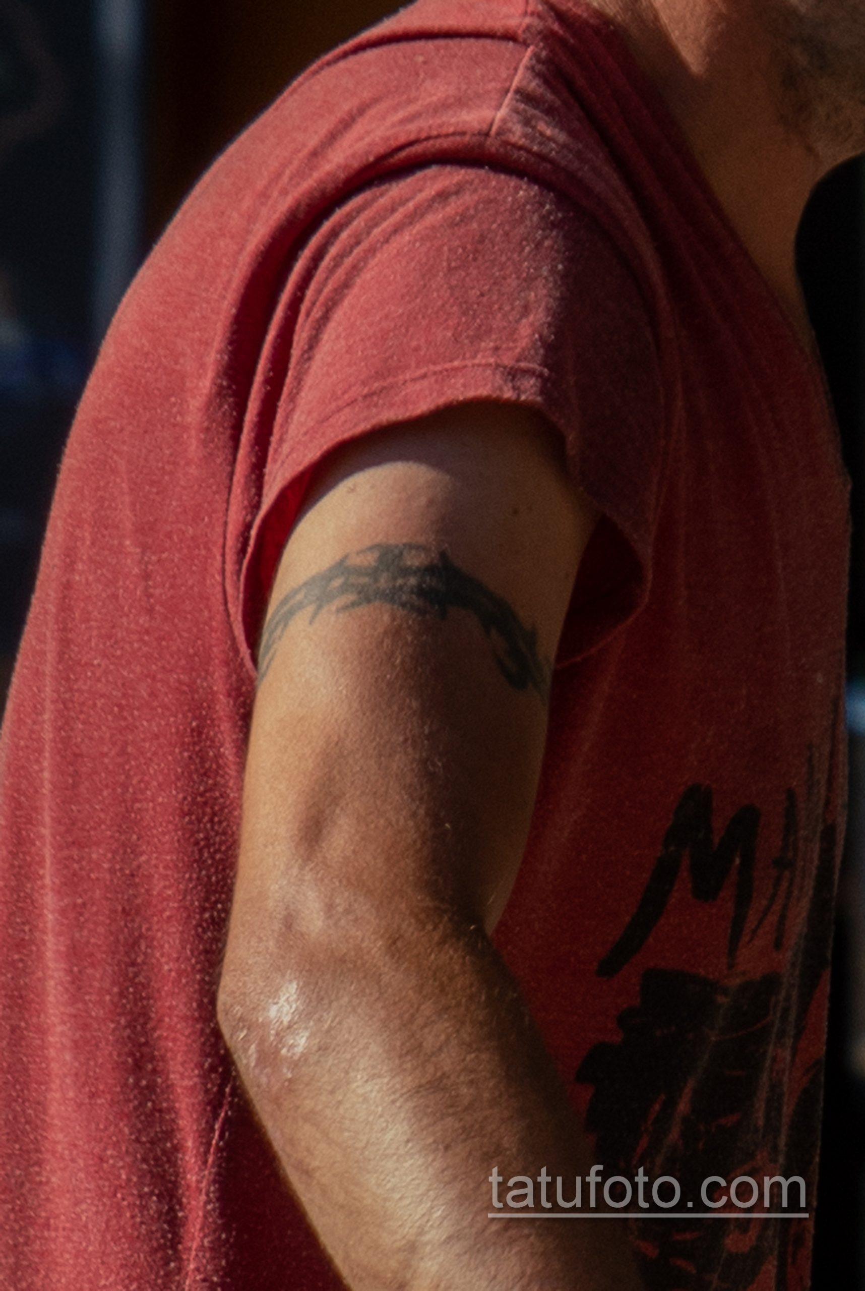 Фото неудачной трайбл тату браслетом терновника на руке мужчины – Уличная татуировка 14.09.2020 – tatufoto.com 2
