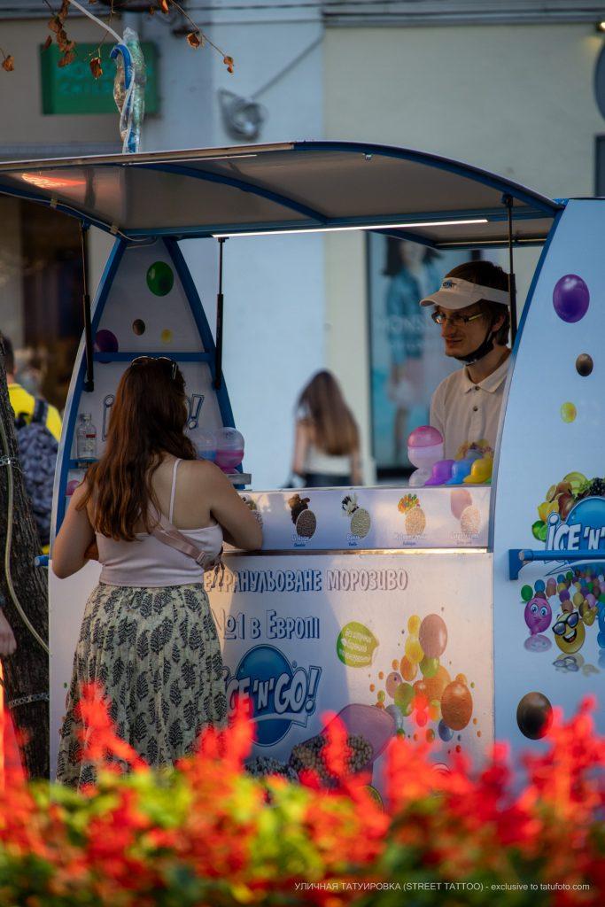 Фото парня который продает с лотка мороженое – 17.09.2020 – tatufoto.com 1