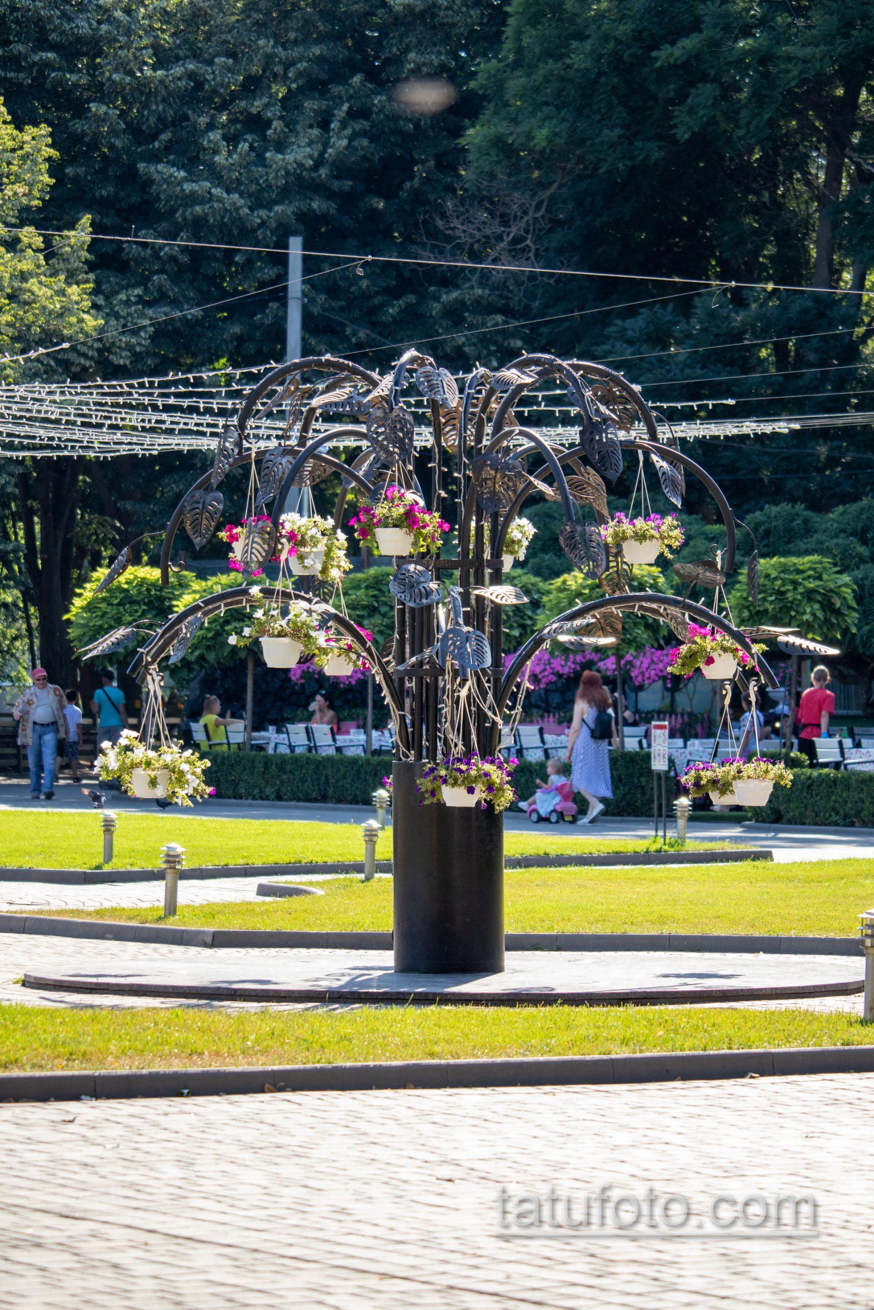 Фото скульптуры в виде дерева – Уличная татуировка 14.09.2020 – tatufoto.com 1