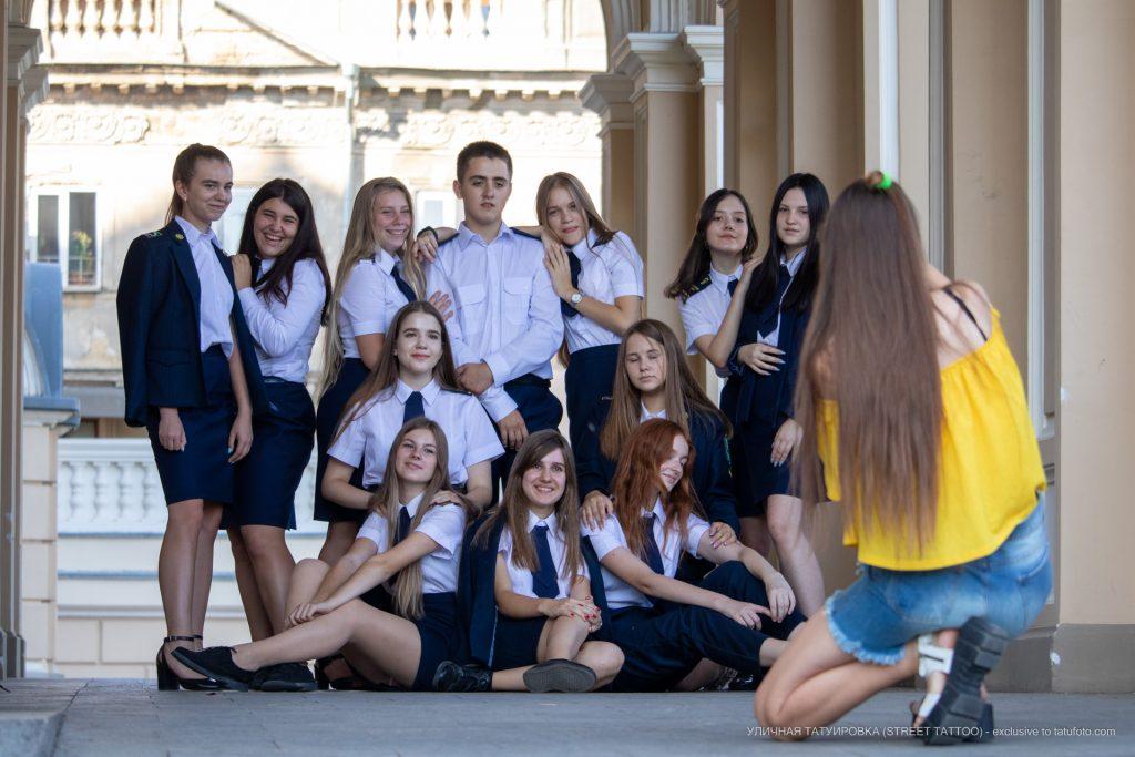 Фото студентов которые фотографируются у Одесского Оперного Театра – 17.09.2020 – tatufoto.com 5