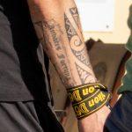 Фото тату с маори узорами и надписями на руке парня с фотоаппаратом Никон в руке девушки - Уличная татуировка 14.09.2020 – tatufoto.com 1
