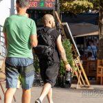 Фото тату с маори узорами и надписями на руке парня с фотоаппаратом Никон в руке девушки - Уличная татуировка 14.09.2020 – tatufoto.com 2