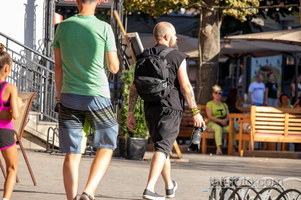Фото тату с маори узорами и надписями на руке парня с фотоаппаратом Никон в руке девушки - Уличная татуировка 14.09.2020 – tatufoto.com 3