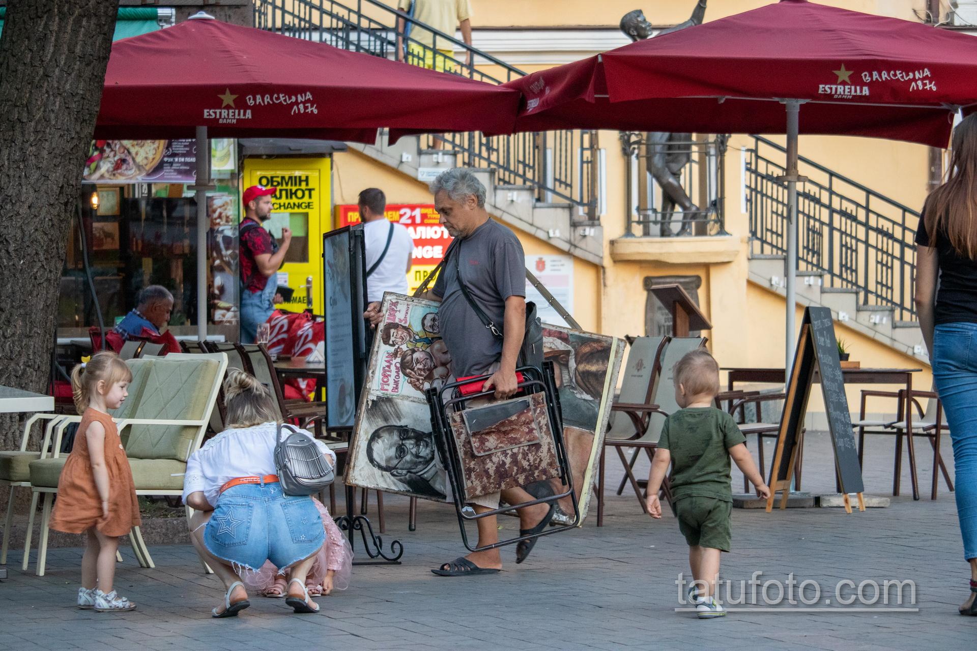 Фото уличного художника который несет картины и стул – Уличная татуировка 14.09.2020 – tatufoto.com 2