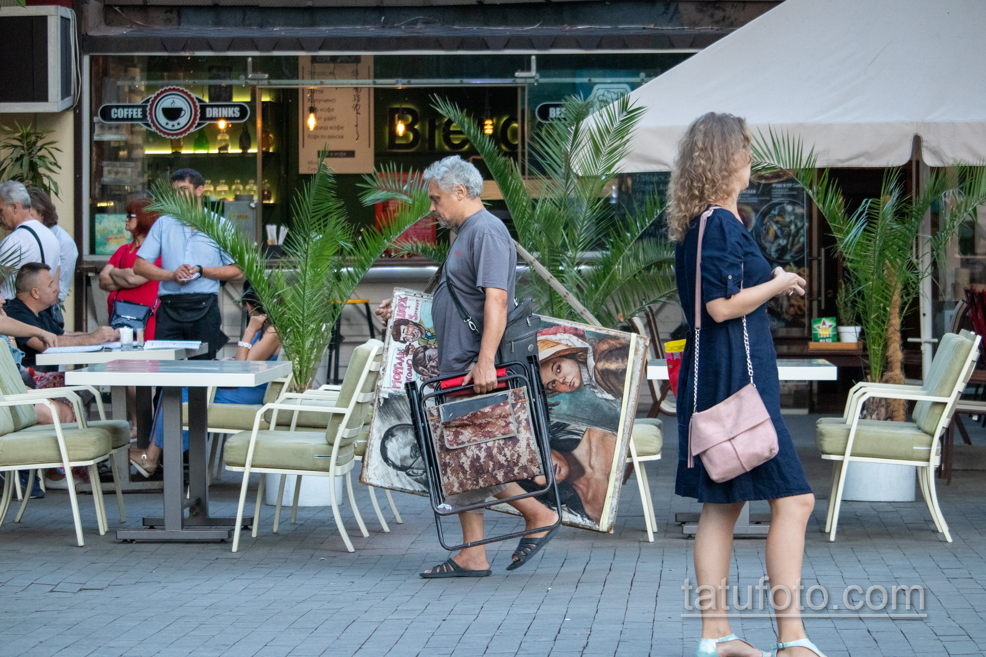 Фото уличного художника который несет картины и стул – Уличная татуировка 14.09.2020 – tatufoto.com 3