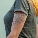 Фрагмент татуировки с лисой и цветами на левом плече и руке девушки – 17.09.2020 – tatufoto.com 4