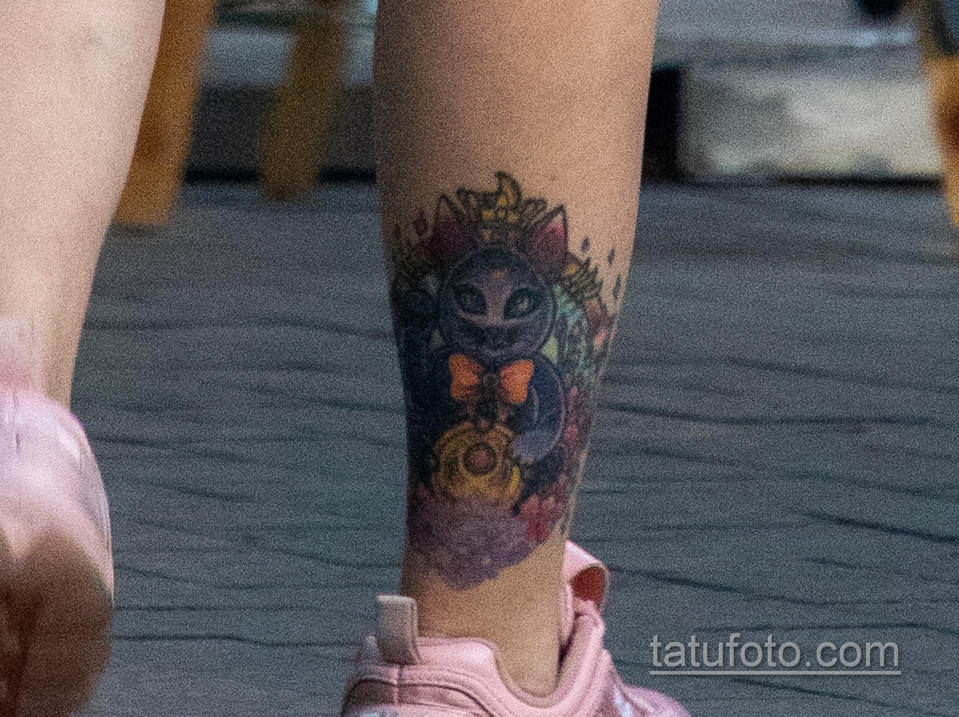 Цветастая татуировка с киской внизу ноги девушки – Уличная татуировка 14.09.2020 – tatufoto.com 4