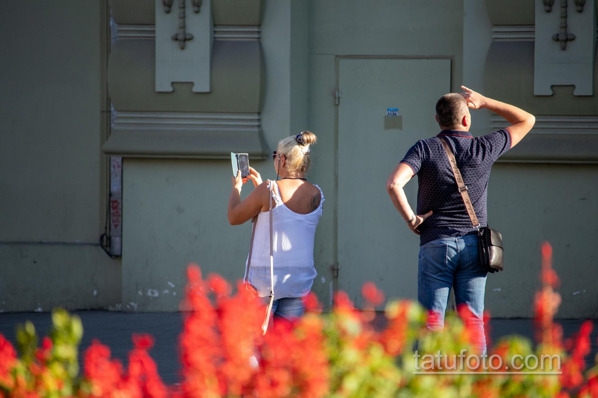 Цветная тату со славянскими рунами на правой лопатке женщины – Уличная татуировка 14.09.2020 – tatufoto.com 1