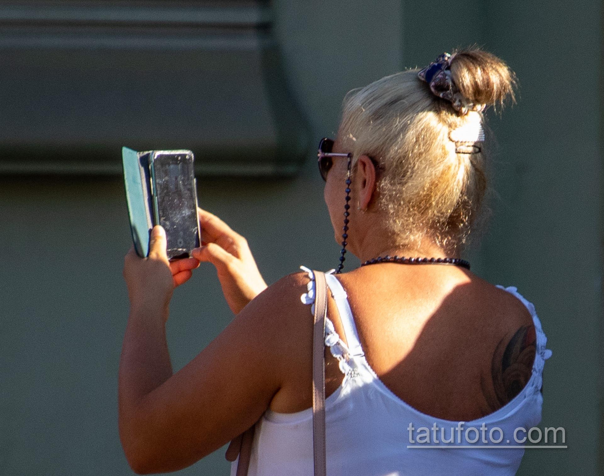 Цветная тату со славянскими рунами на правой лопатке женщины – Уличная татуировка 14.09.2020 – tatufoto.com 2