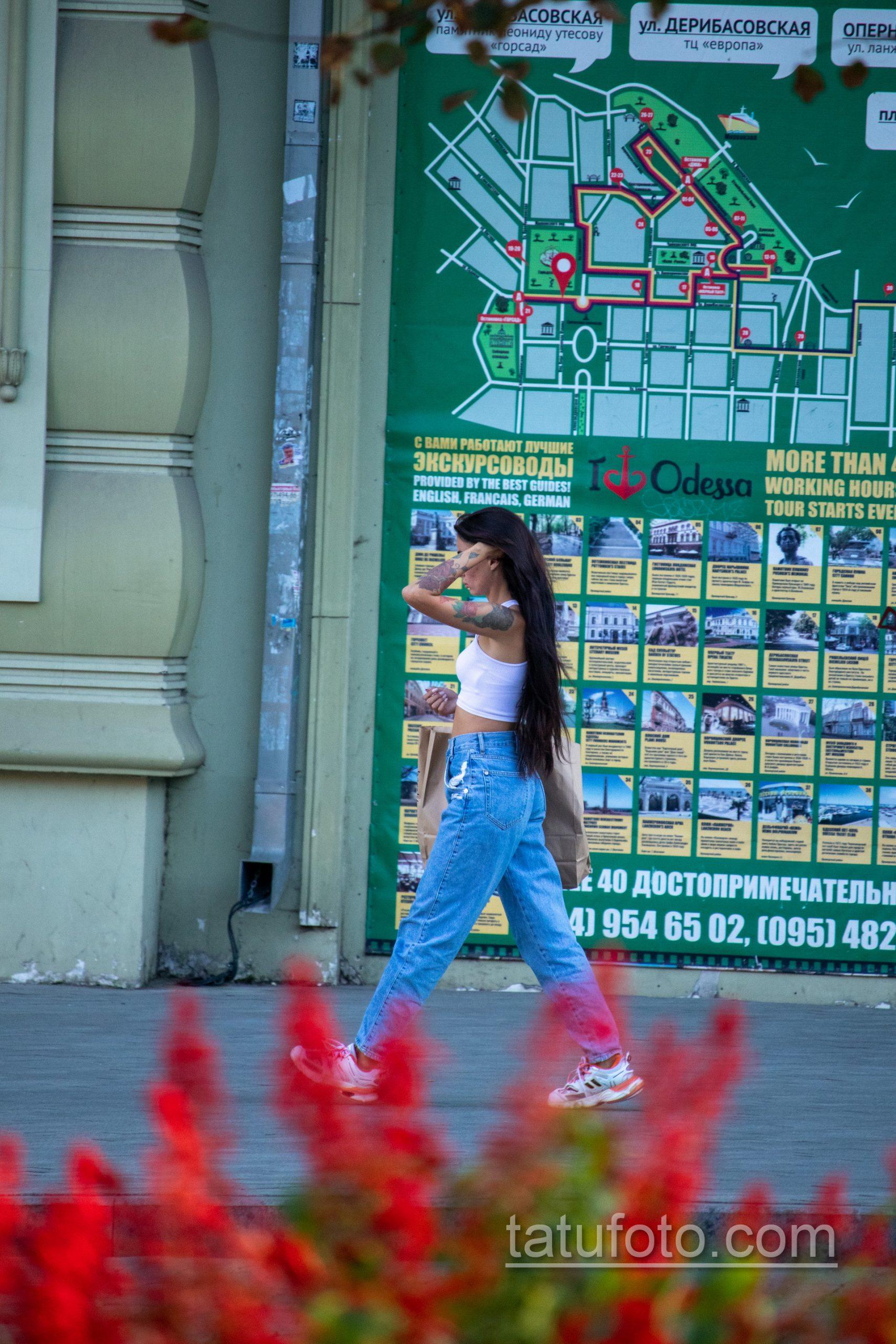 Цветная тату с цветами рукавом на левой руке девушки – Уличная татуировка 14.09.2020 – tatufoto.com 1