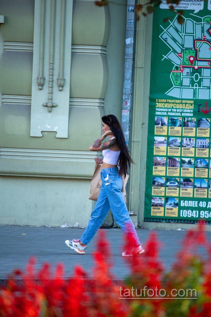 Цветная тату с цветами рукавом на левой руке девушки – Уличная татуировка 14.09.2020 – tatufoto.com 3