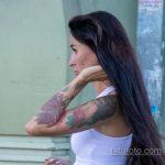 Цветная тату с цветами рукавом на левой руке девушки – Уличная татуировка 14.09.2020 – tatufoto.com 4