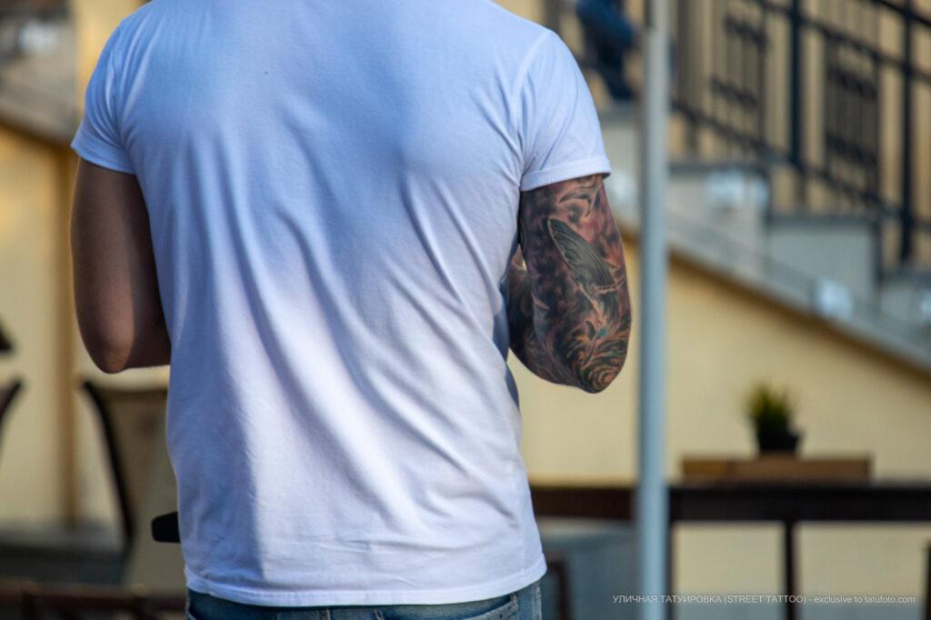 Цветной рукав тату с китами на руке азиата – Уличная татуировка (street tattoo)-29.09.2020-tatufoto.com gdfgrtujeyer