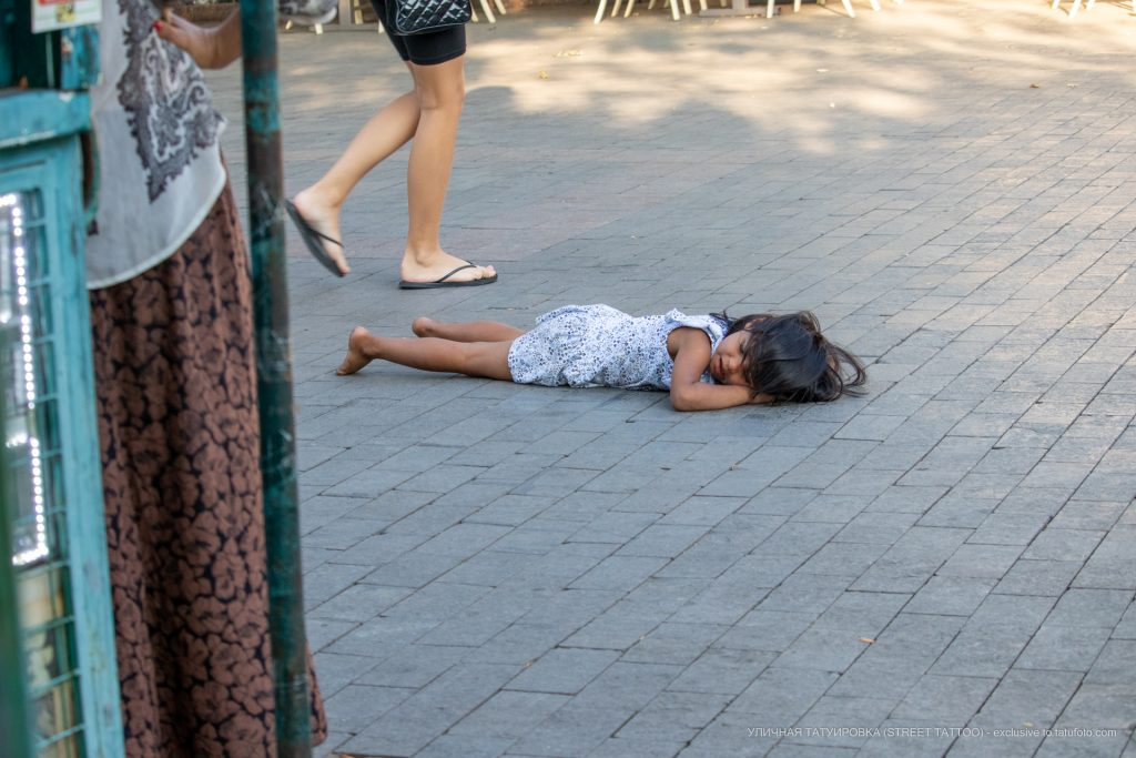 Цыганский ребенок лежит на полу по середине улицы --Уличная тату-street tattoo-21.09.2020-tatufoto.com 1