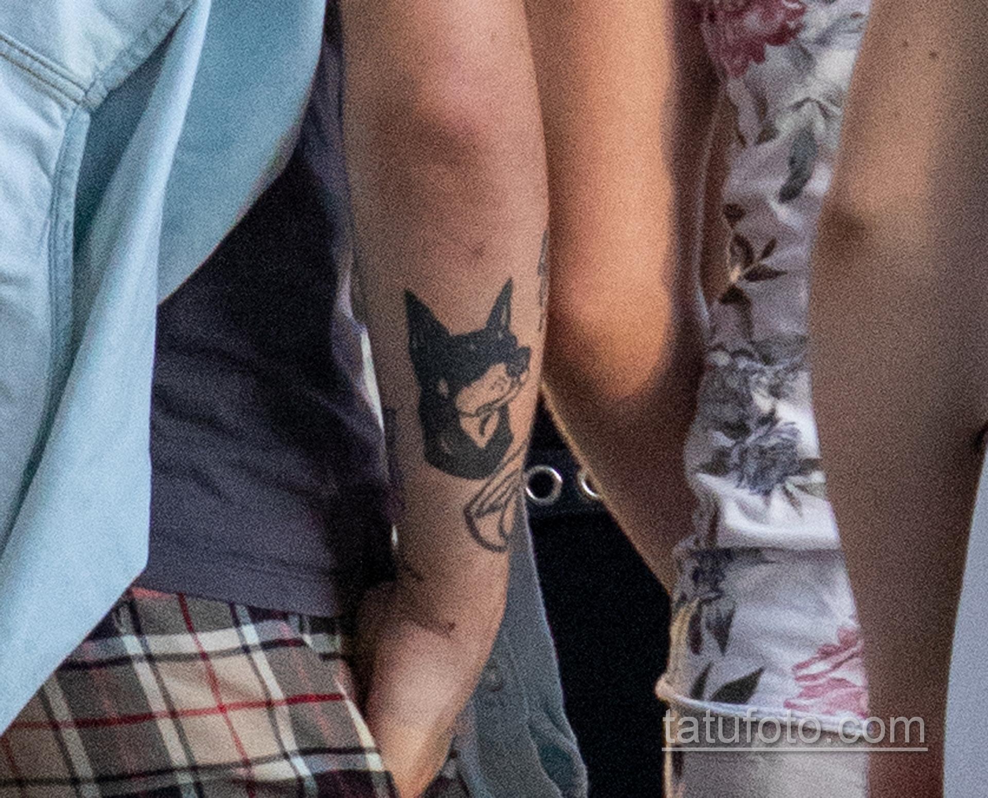 Черная татуировка с мордой овчарки на левой руке парня – Уличная татуировка 14.09.2020 – tatufoto.com 4