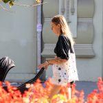 Черно белая тату с цветами на запястье молодой мамы --Уличная тату-street tattoo-21.09.2020-tatufoto.com 4