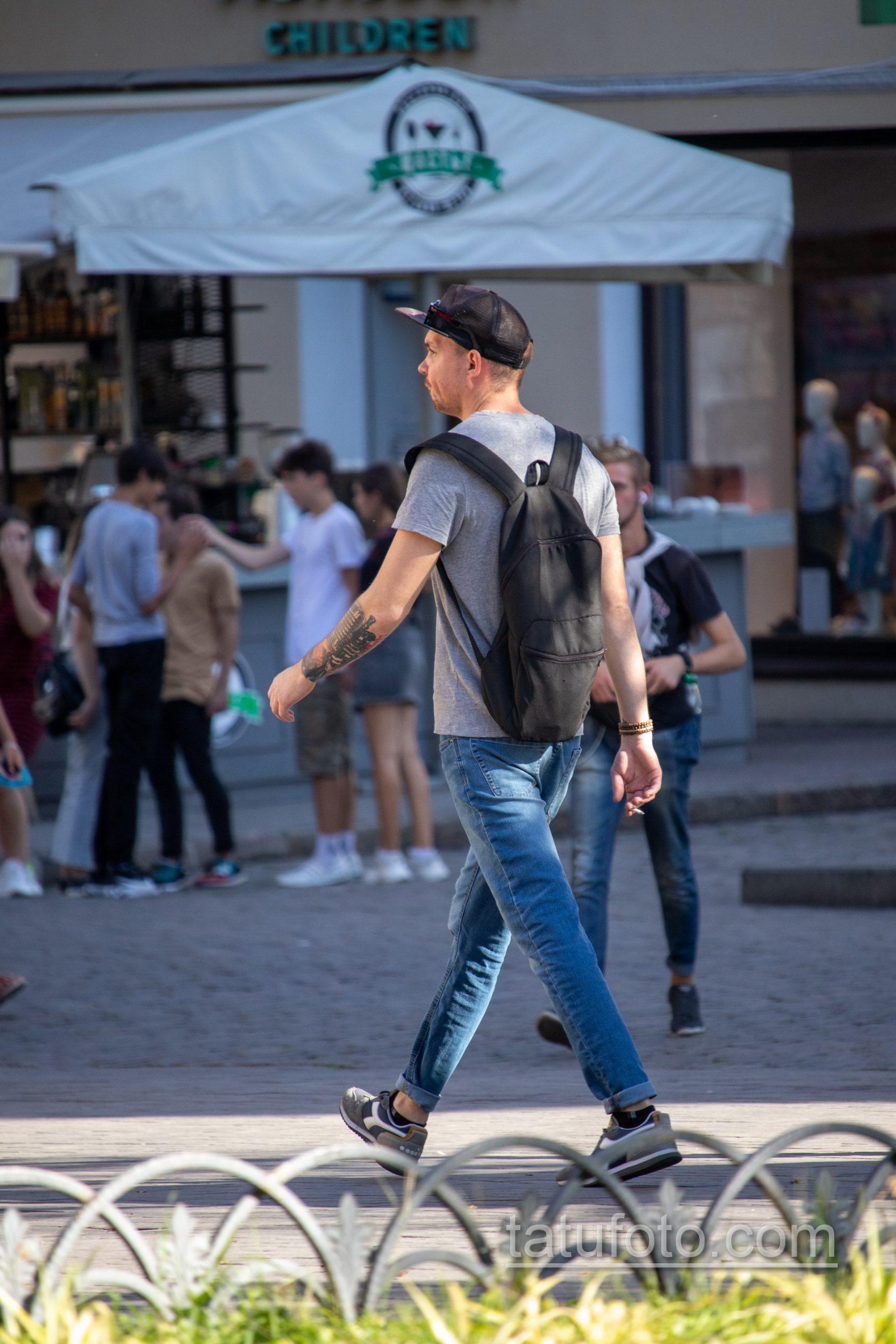 Черно-красная музыкальная тату с трубой и микрофоном на правой руке парня - Уличная татуировка 14.09.2020 – tatufoto.com 1