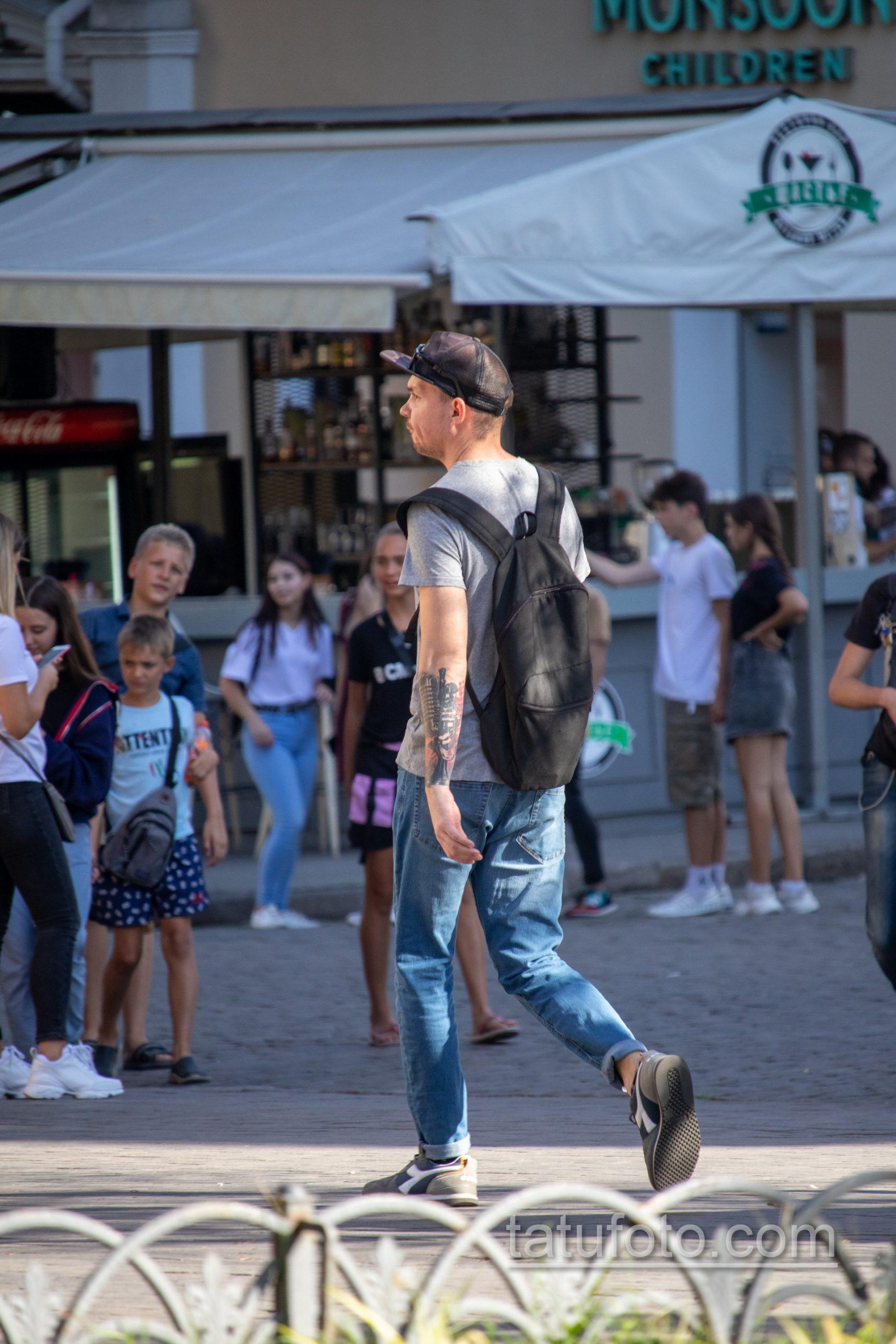 Черно-красная музыкальная тату с трубой и микрофоном на правой руке парня - Уличная татуировка 14.09.2020 – tatufoto.com 3