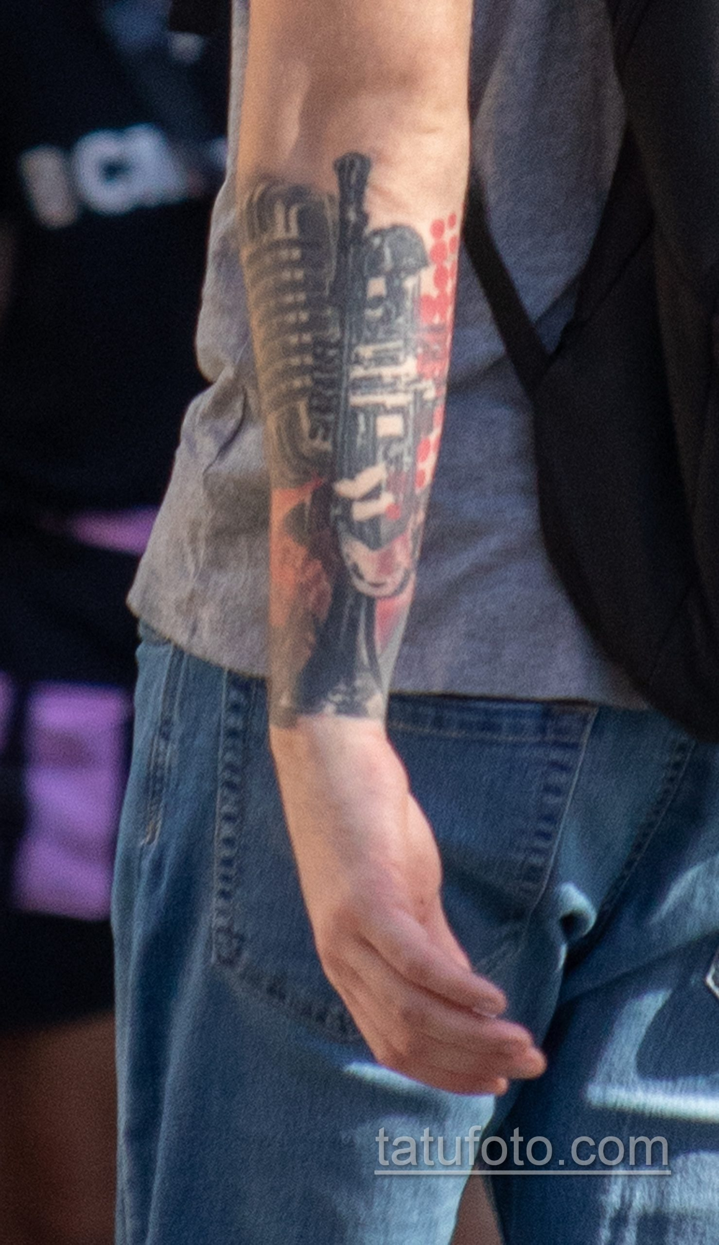 Черно-красная музыкальная тату с трубой и микрофоном на правой руке парня - Уличная татуировка 14.09.2020 – tatufoto.com 4