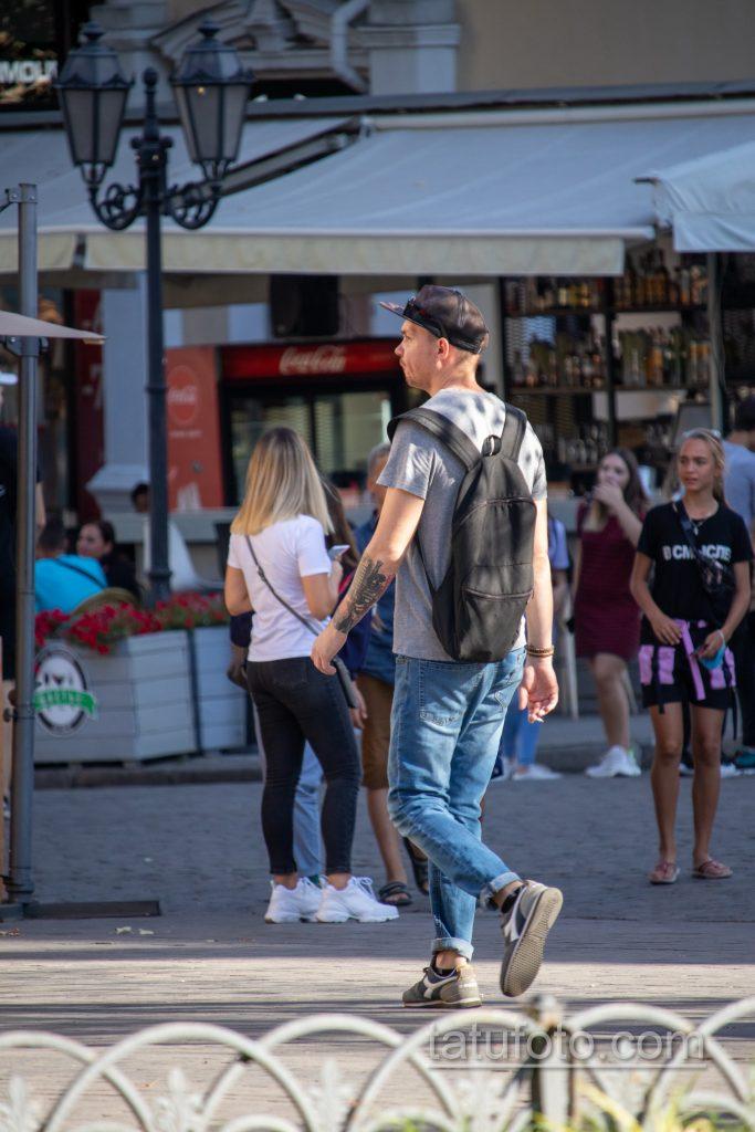 Черно-красная музыкальная тату с трубой и микрофоном на правой руке парня - Уличная татуировка 14.09.2020 – tatufoto.com 5