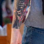 Черно-красная музыкальная тату с трубой и микрофоном на правой руке парня - Уличная татуировка 14.09.2020 – tatufoto.com 7