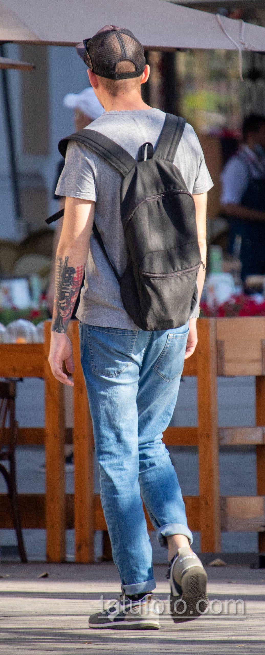 Черно-красная музыкальная тату с трубой и микрофоном на правой руке парня - Уличная татуировка 14.09.2020 – tatufoto.com 8