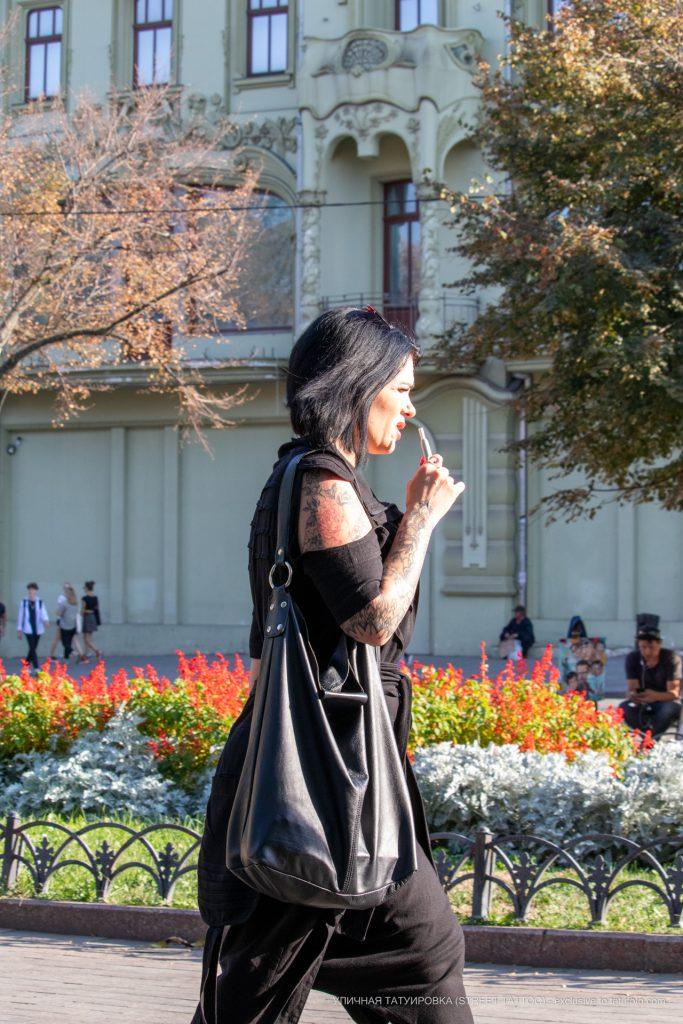 Черно красная тату рукавом с цветами на правой руке девушки --Уличная тату-street tattoo-21.09.2020-tatufoto.com 1