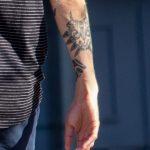 Черные тату скат и черепаха маори на руке парня - Уличная татуировка 14.09.2020 – tatufoto.com 15