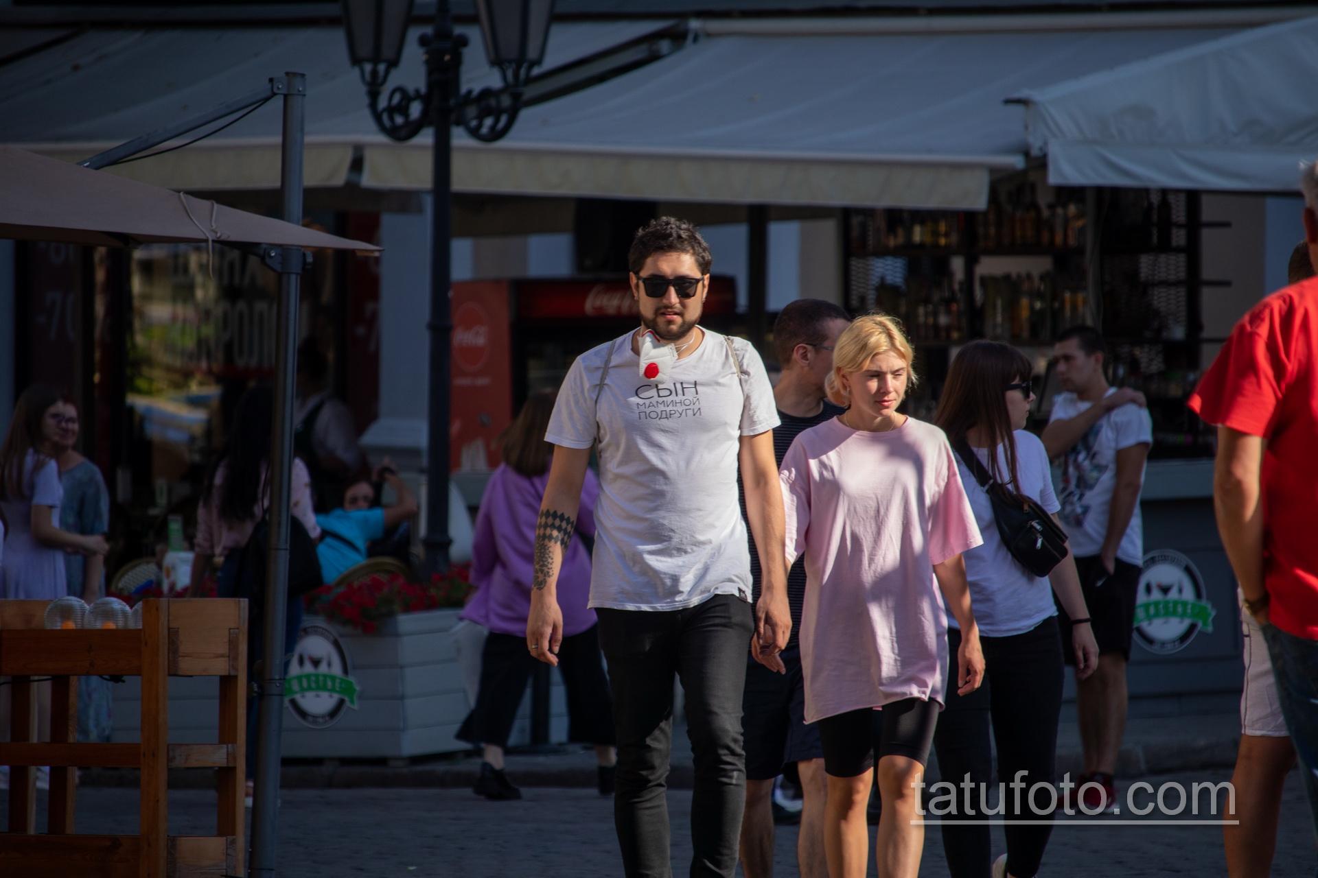 Черные тату с ромбами на правой руке парня Дерибасовской - Уличная татуировка 14.09.2020 – tatufoto.com 1