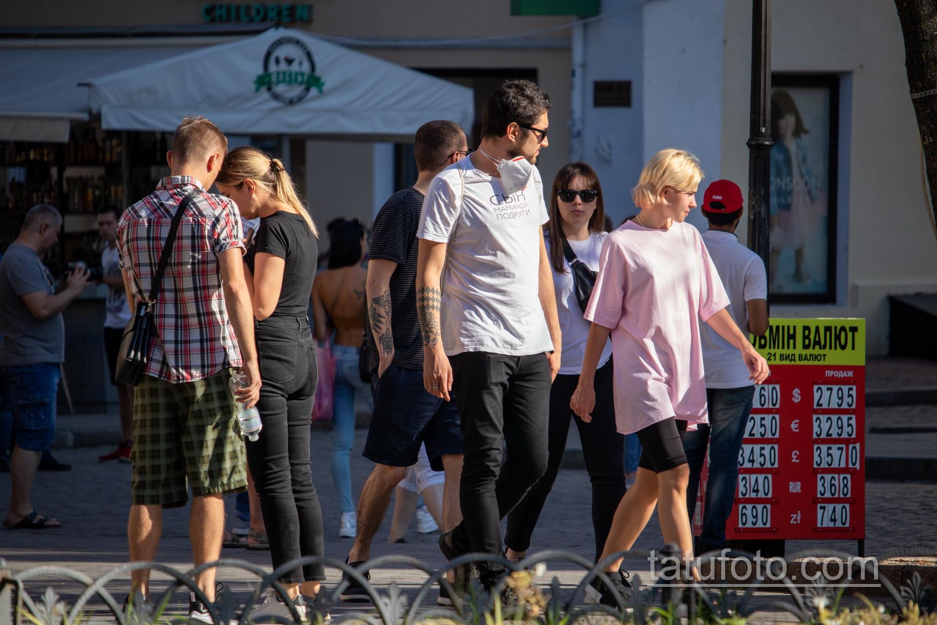 Черные тату с ромбами на правой руке парня Дерибасовской - Уличная татуировка 14.09.2020 – tatufoto.com 5