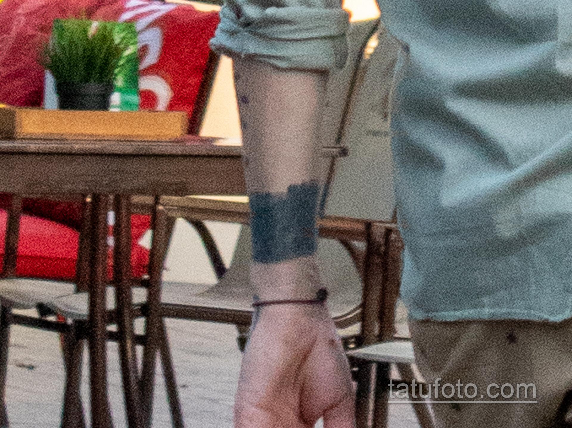 тату черная полоса на руке парня 2