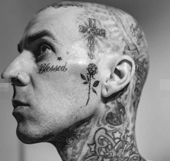 Новая татуировка с розой на лице Трэвиса Баркера - фото 2
